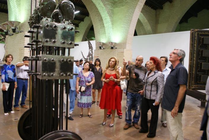 La comitiva, ante una de las esculturas.